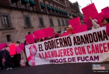 Photo of Protestan mujeres con cáncer, en Palacio Nacional,  solicitan se regrese apoyo a Fucam